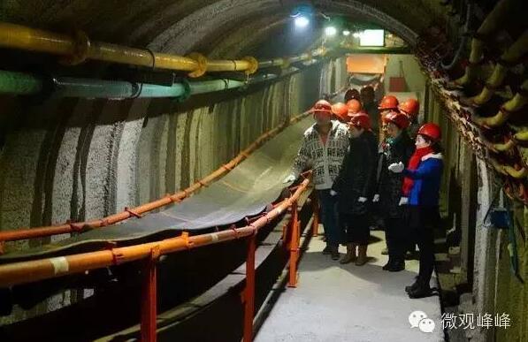 """百多米深""""的""""井下"""",一个真实的采煤工作场景便展现在了眼前.-"""