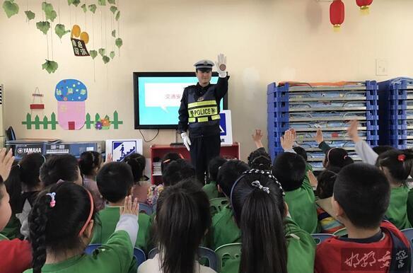 峰峰交警为幼儿园萌娃开展文明交通安全宣传教育活动