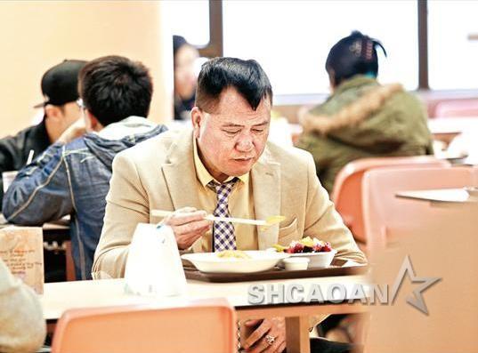 香港57岁男星万梓良患糖尿病身形走样  洪金宝陪爱妻买菜