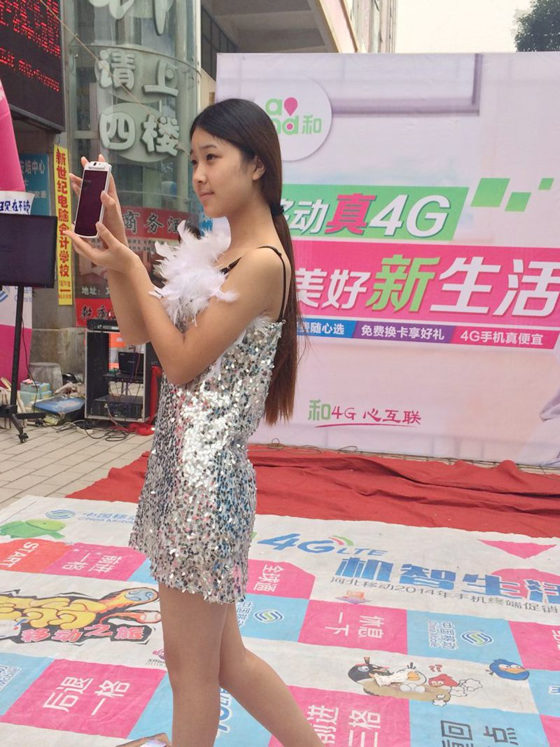 美女模特助兴峰峰oppo手机促销活动现场