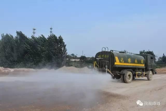 工地和城区内洒水。在城市主干道和工地安排洒水车定期洒水,在抑制扬尘的同时,夏季还能起到防暑降温活作用。
